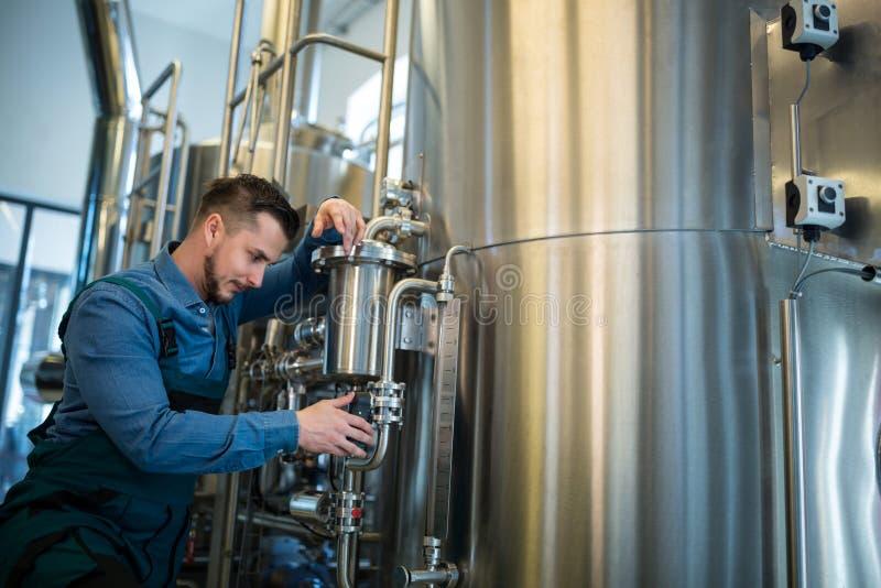 Piwowar sprawdza naciska przy browarem obrazy stock