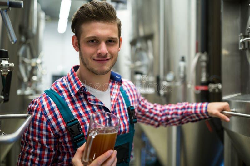 Piwowar trzyma pół kwarty piwo obraz royalty free