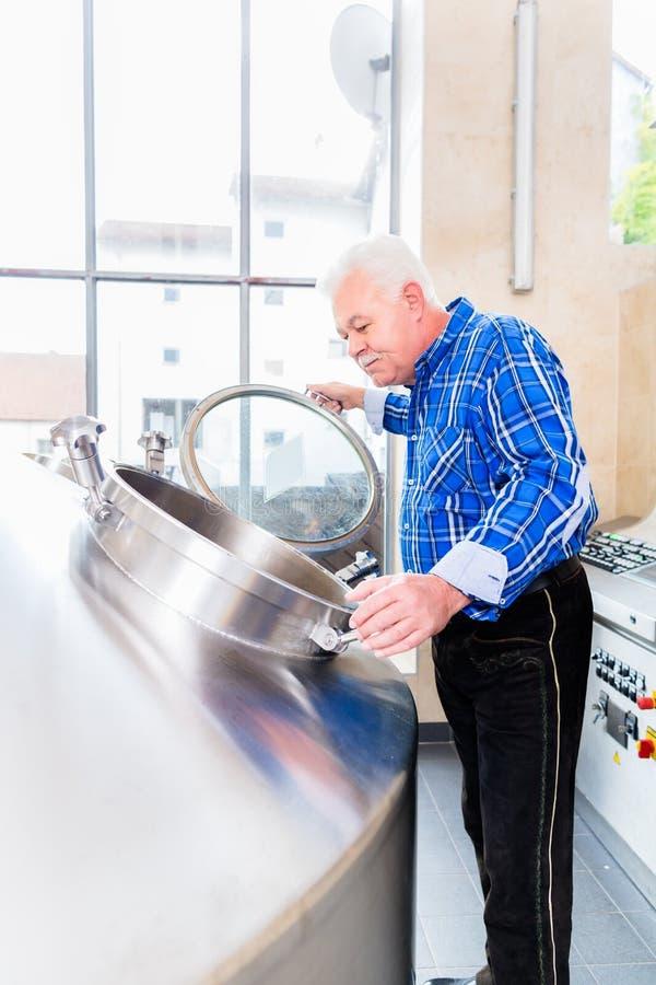 Piwowar w brewhouse zdjęcia royalty free