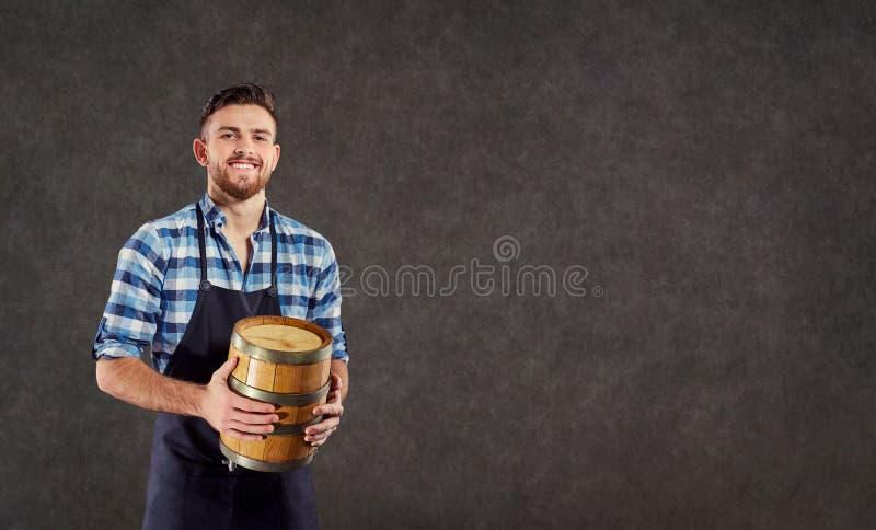 Piwowar winemaker munchina z baryłką w jego ręce obraz stock