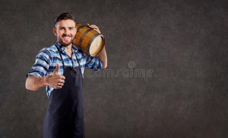 Piwowar z baryłką w jego ręce przeciw fotografia stock