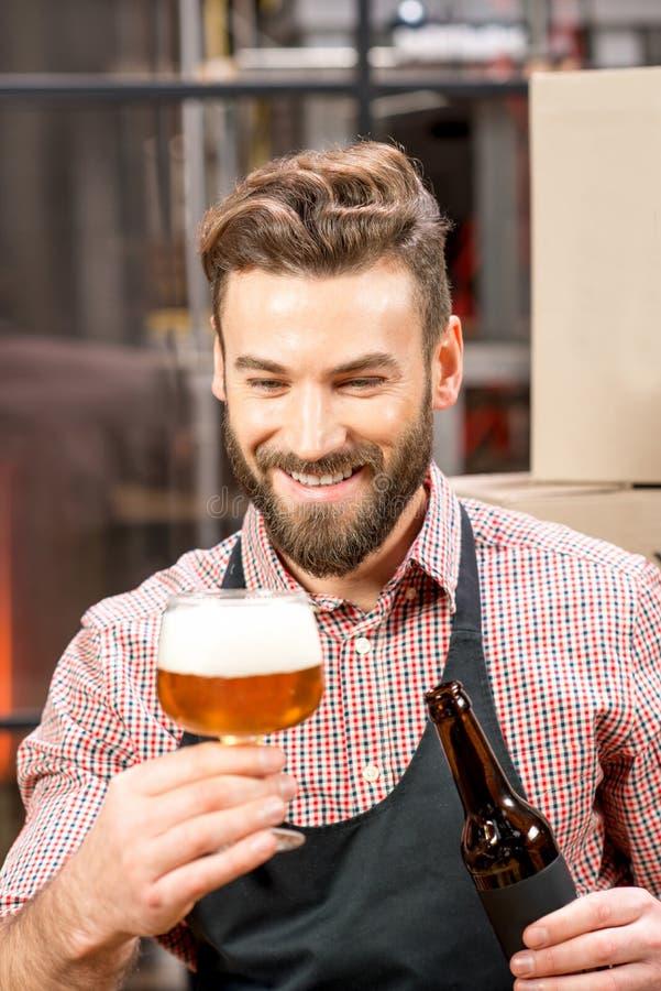 Piwowara expertising piwo obraz royalty free