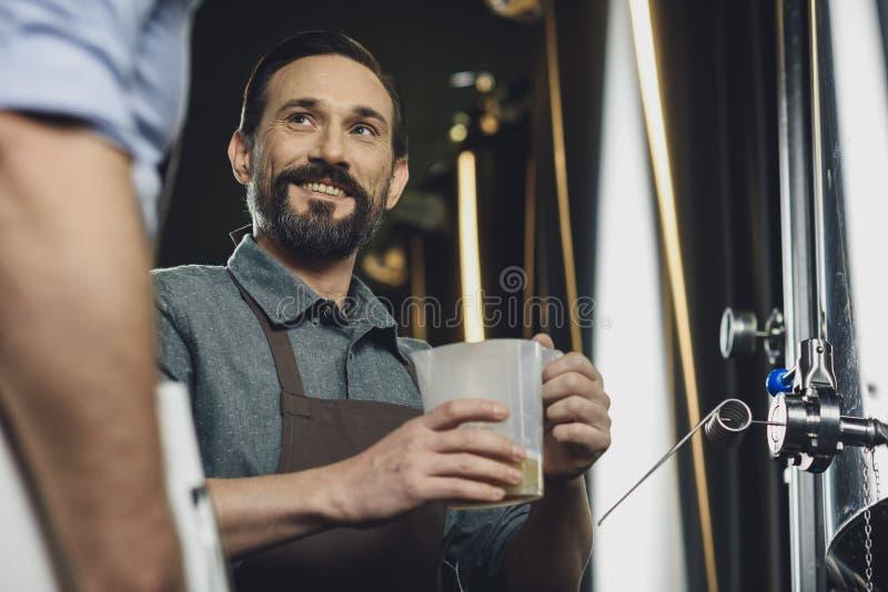 Piwowara mienia dzbanek z piwem zdjęcia stock