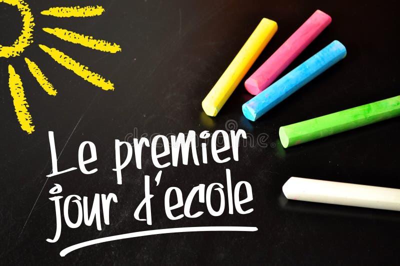 Pizarra con el chalkb coloreado y las palabras francesas para el primer día de colegio - decole primero del jour de le foto de archivo libre de regalías