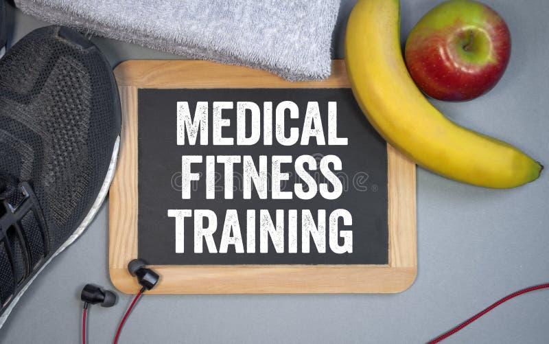 Pizarra con el entrenamiento médico de la aptitud del término con la nutrición fotos de archivo
