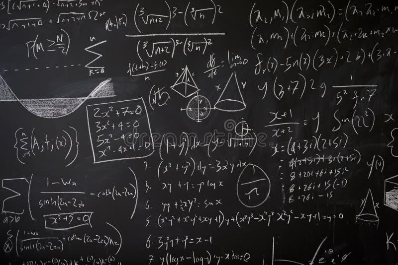 Pizarra con estadísticas, ecuaciones e ideas de la matemáticas foto de archivo libre de regalías