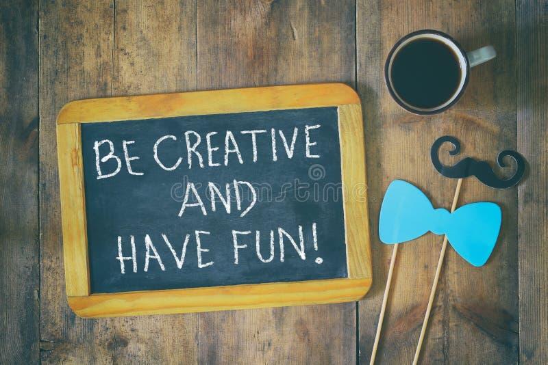 Pizarra con la frase: sea creativo y diviértase imagen de archivo