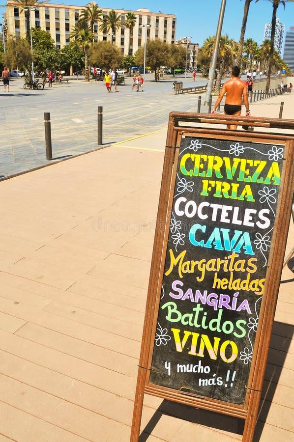 Pizarra con las bebidas en Barcelona, España imágenes de archivo libres de regalías
