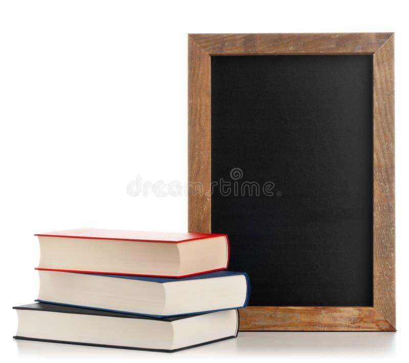 Pizarra con los libros fotos de archivo