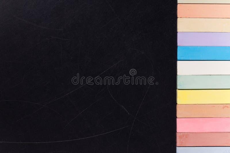 Pizarra con tiza colorida foto de archivo libre de regalías