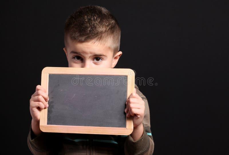Pizarra de la explotación agrícola del niño pequeño imágenes de archivo libres de regalías