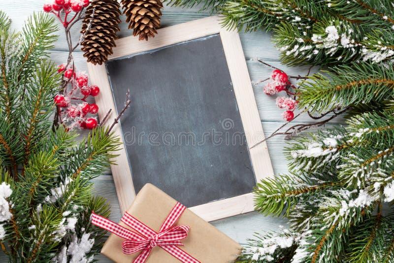 Pizarra de la Navidad, árbol y caja de regalo imagenes de archivo