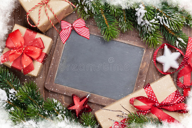 Pizarra de la Navidad, cajas de regalo, decoración y abeto imagen de archivo libre de regalías
