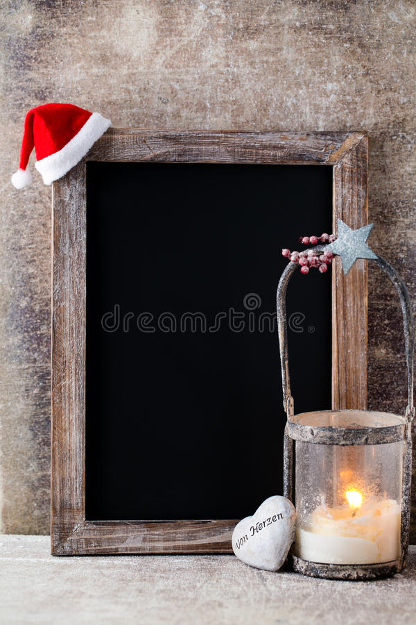 Pizarra de la Navidad con la decoración Sombrero de Papá Noel, estrellas, de madera fotografía de archivo libre de regalías