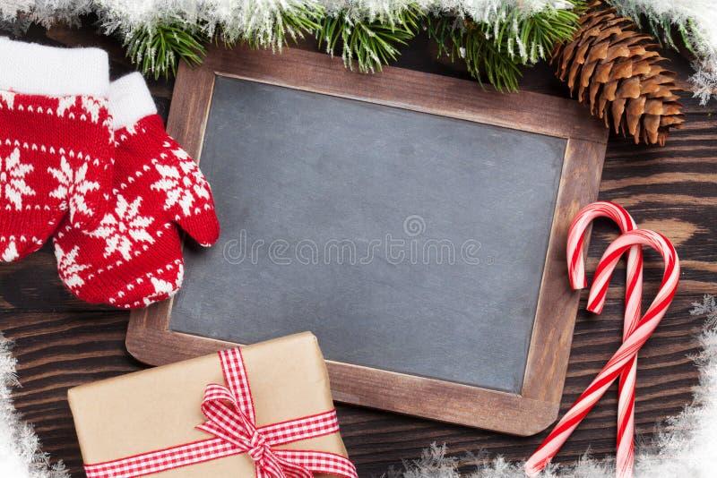 Pizarra de la Navidad, decoración y árbol de abeto fotografía de archivo