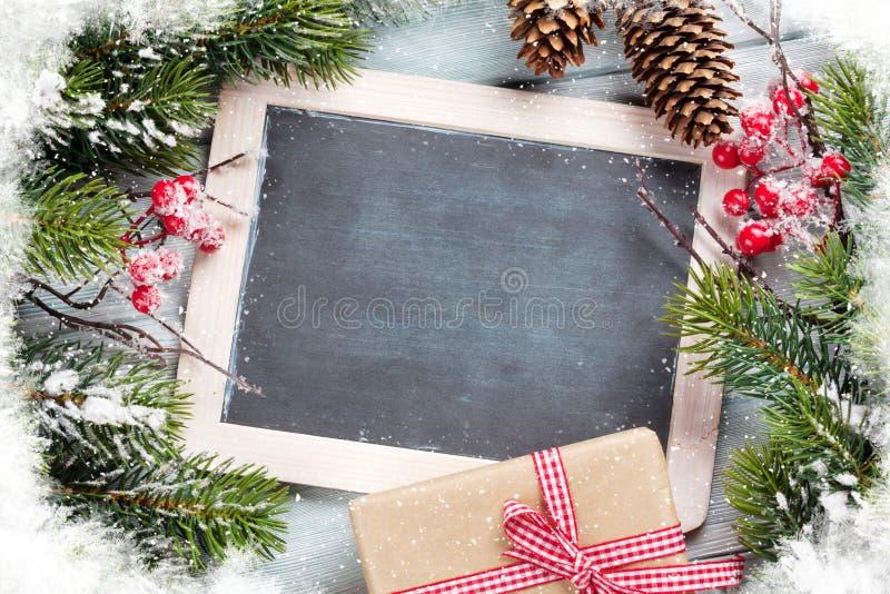 Pizarra de la Navidad, regalo y árbol de abeto foto de archivo libre de regalías
