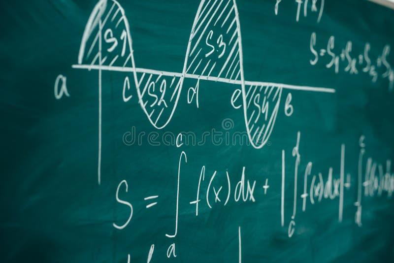 Pizarra del diferencial de la lección de las matemáticas y del cálculo integral fotografía de archivo libre de regalías
