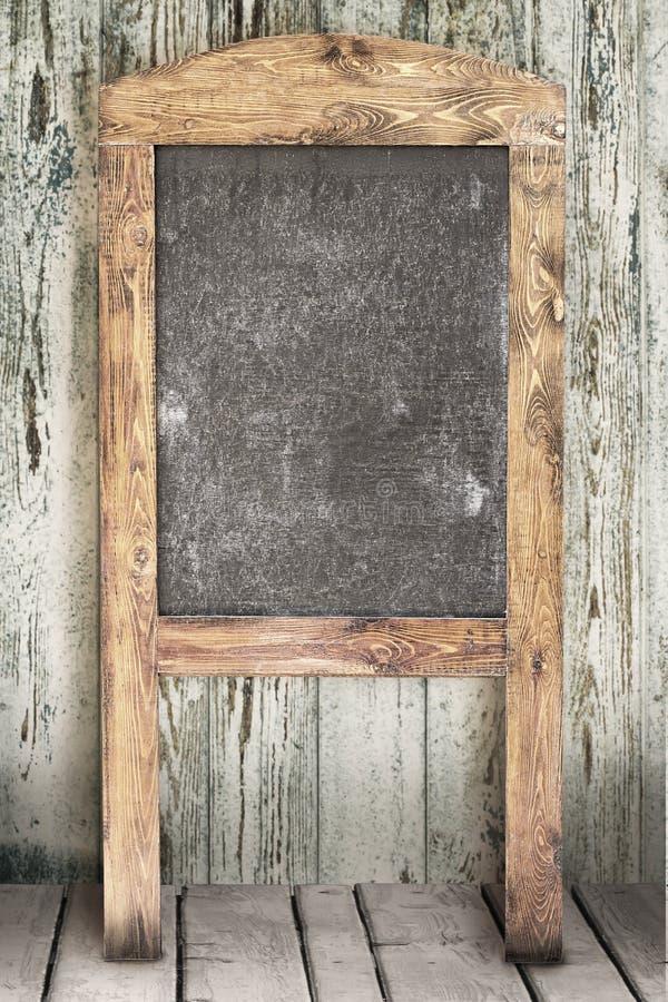 Pizarra del menú en la pared de madera fotos de archivo libres de regalías