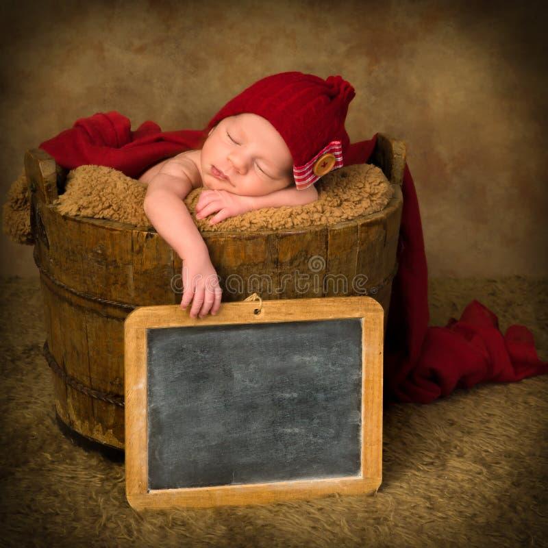 Pizarra del vintage y bebé recién nacido imagenes de archivo