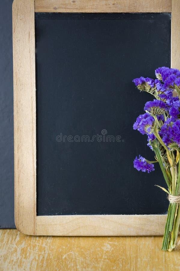 Pizarra en blanco con el marco de madera imagenes de archivo