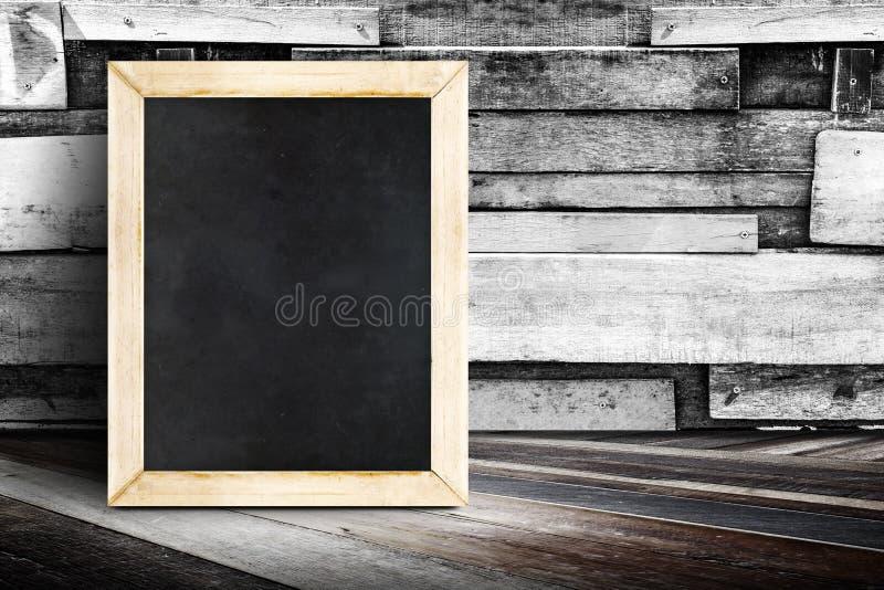 Pizarra en blanco del menú que se inclina en la pared de madera del tablón y el wo diagonal imagen de archivo