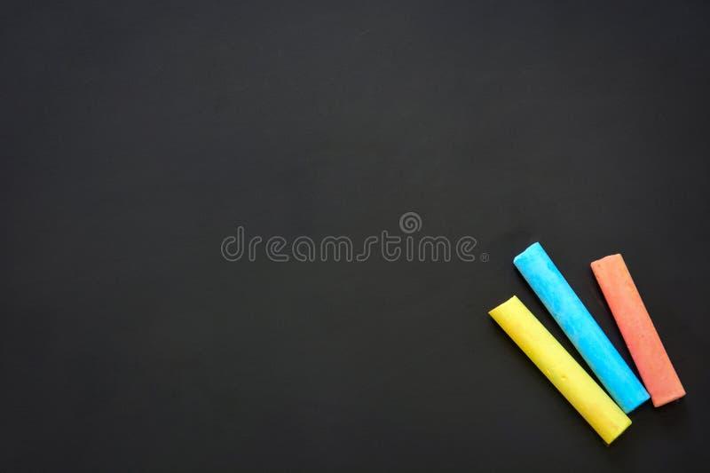 Pizarra en blanco limpia con tiza de color, espacio para copiar, educación o volver al concepto escolar fotografía de archivo