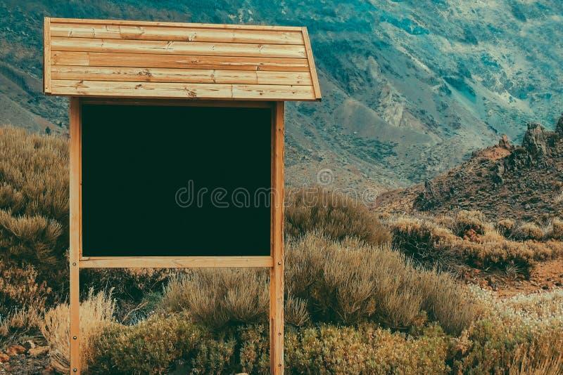Pizarra en blanco en una trayectoria de la montaña fotos de archivo libres de regalías