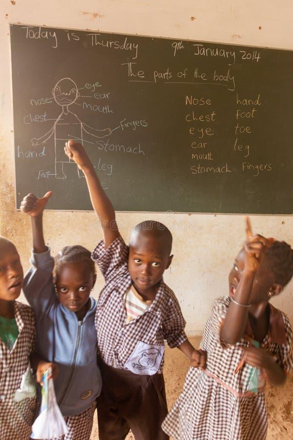 Pizarra en escuela en Gambia imagenes de archivo