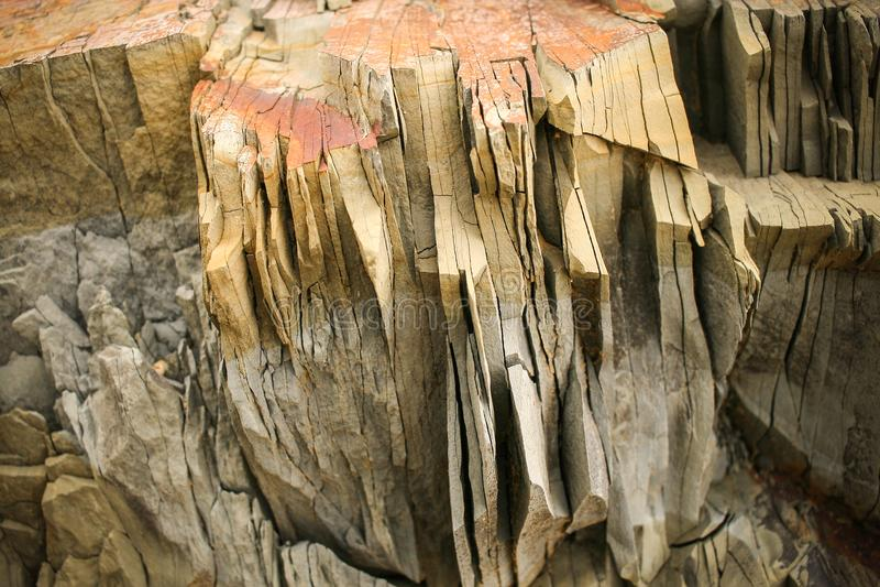 Pizarra gris de la montaña del bloque grande con capas verticales fotos de archivo libres de regalías