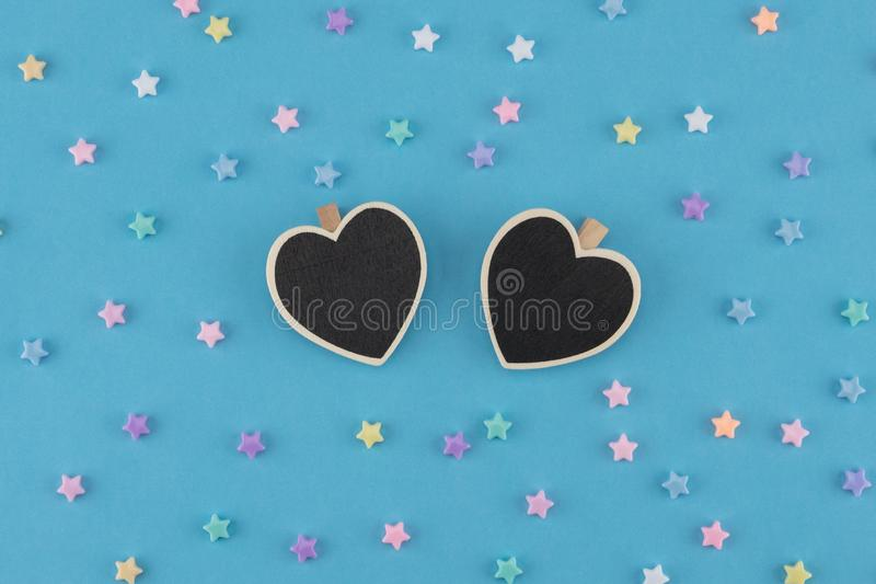 Pizarra minúscula del corazón con las estrellas en colores pastel fotografía de archivo