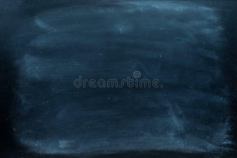 Pizarra Pizarra negra en blanco vacía con los rastros de la tiza Textura de la pizarra imágenes de archivo libres de regalías