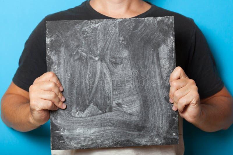Pizarra negra en manos, el panel de la tarjeta de la muestra, tablero del negocio para el anuncio foto de archivo