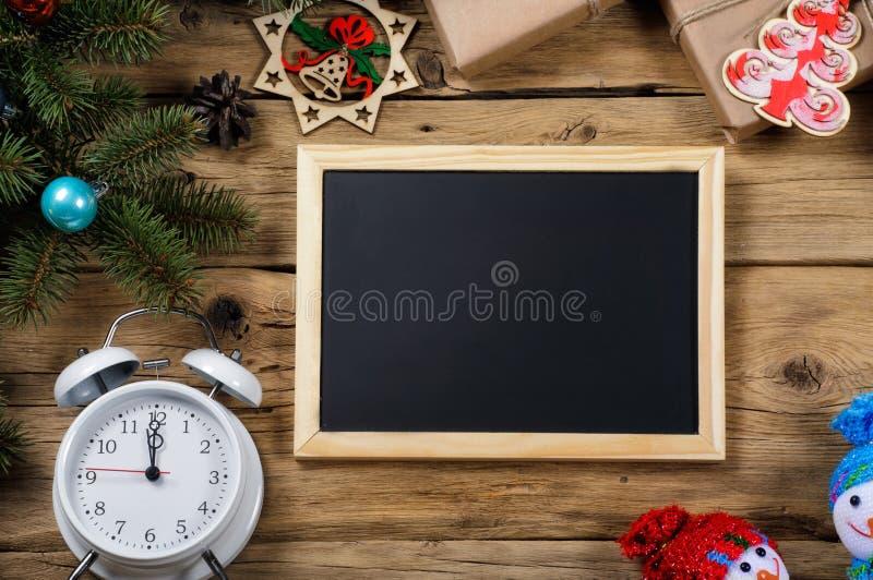 Pizarra para el mensaje con la decoración de la Navidad foto de archivo libre de regalías