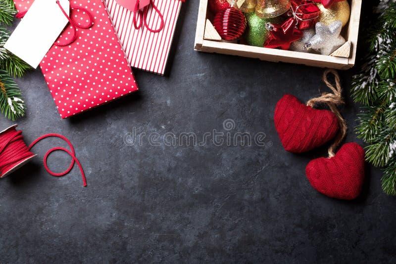 Pizarra para su texto de Navidad Envoltorio para regalos de la Navidad imagen de archivo
