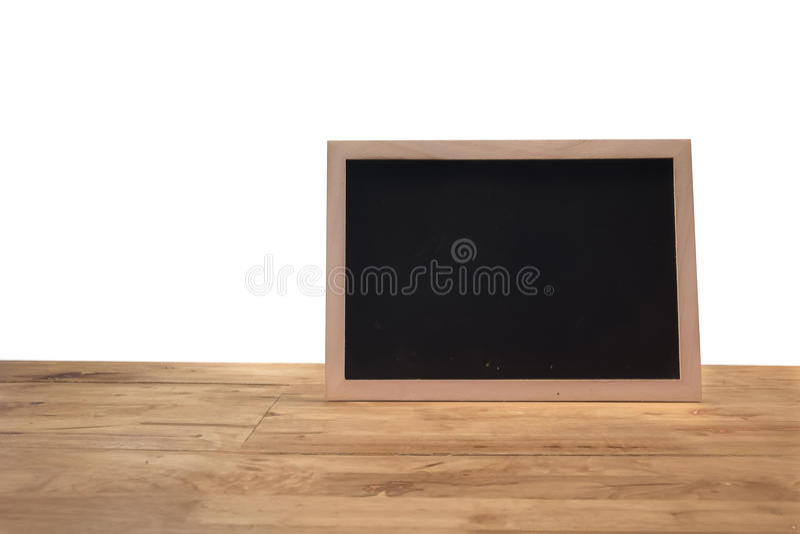 Pizarra rústica del menú de la pizarra aislada en el escritorio de madera con el espacio en blanco imagen de archivo