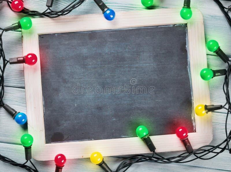Pizarra y luces de la Navidad fotografía de archivo