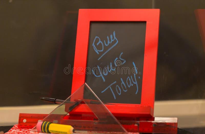 pizarras compre el suyo hoy, cerca para arriba foto de archivo