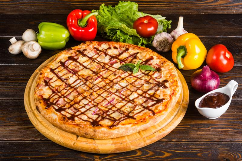 Pizza à l'oignon, au lard et à la sauce barbecue images libres de droits