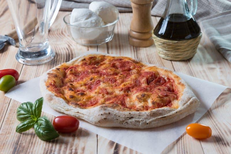 Pizza à moitié cuit photographie stock libre de droits