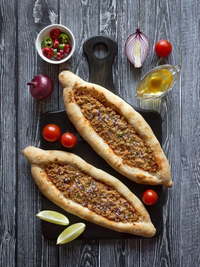 Pizza árabe Lahmacun en fondo de madera oscuro imágenes de archivo libres de regalías