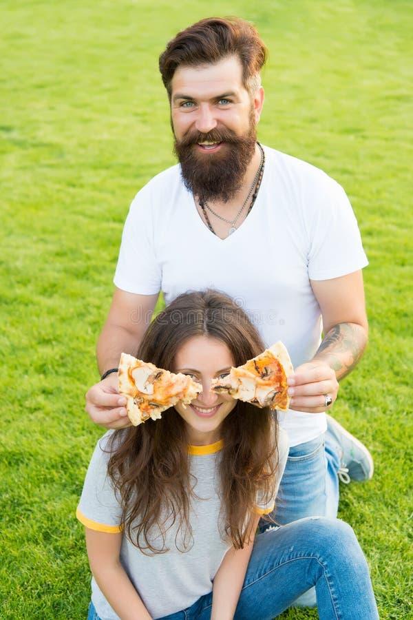 Pizza ślepiąca g??d bicykli/l?w dzieci rodzinny ojca weekend Para w mi?o?ci datowa? para je szcz??liw? pizz? zdrowa ?ywno?? Fast  zdjęcie stock