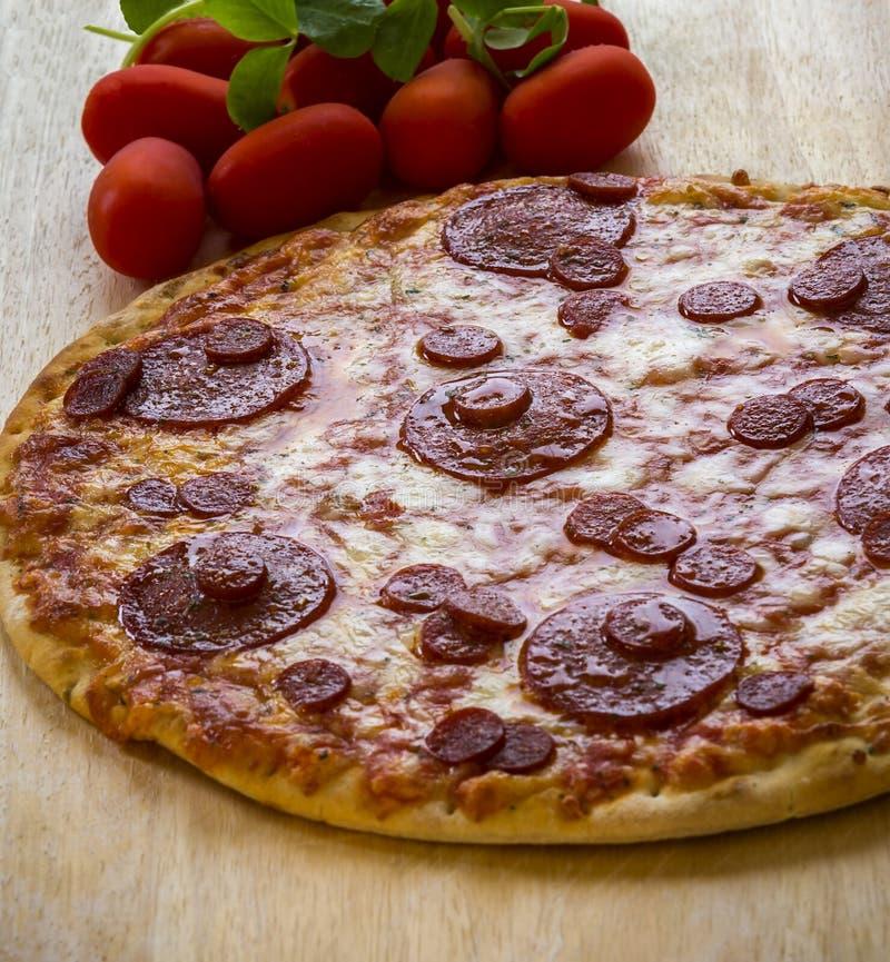 Download Pizza imagen de archivo. Imagen de salami, redondo, tomate - 100533801
