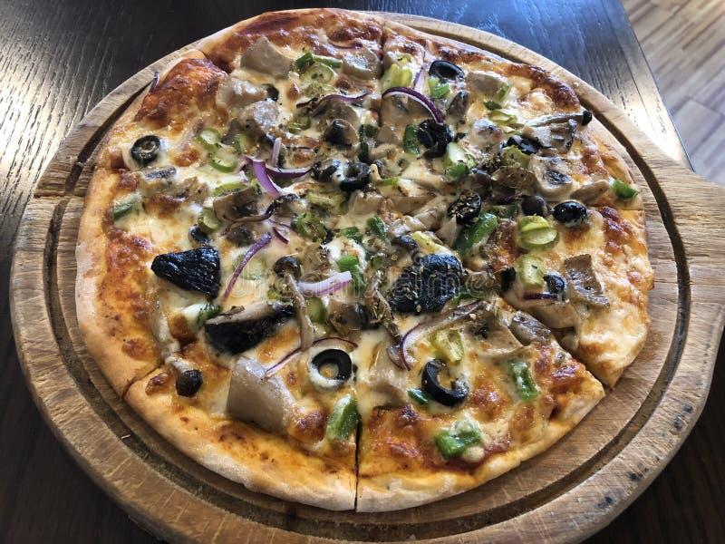 Download Pizza stock foto. Afbeelding bestaande uit pizza, paddestoel - 107708436