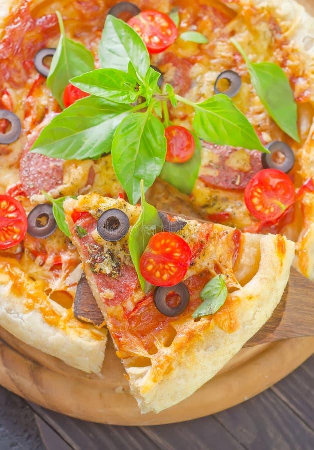 Download Pizza fotografering för bildbyråer. Bild av leaves, medelhavs - 37344957