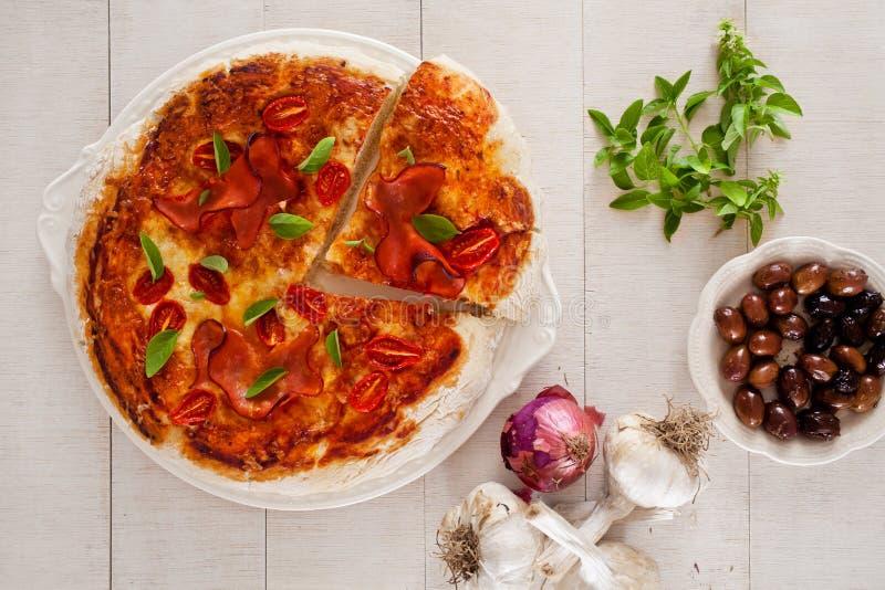 Download Pizza obraz stock. Obraz złożonej z czerń, basil, oliwka - 57668485