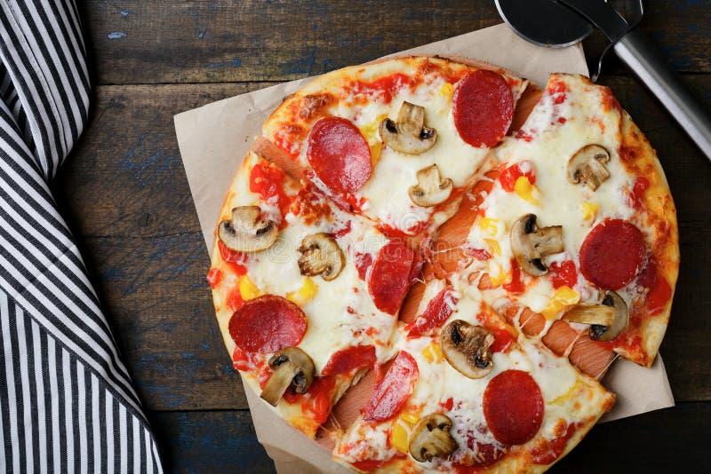 Pizza affettata con la salsiccia ed i funghi fotografia stock libera da diritti