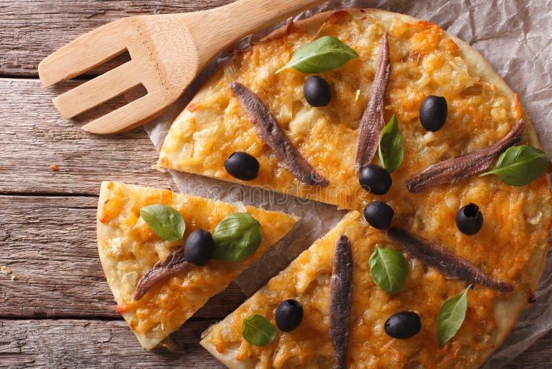 Pizza affettata con le acciughe ed il primo piano delle cipolle cima orizzontale fotografie stock