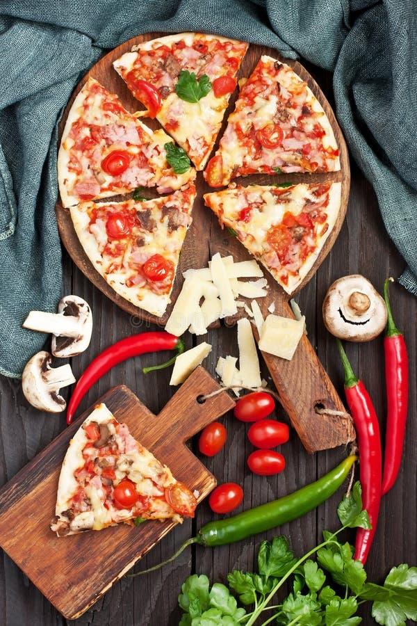 Pizza, al forno appeni preparato con le erbe e le verdure fotografia stock