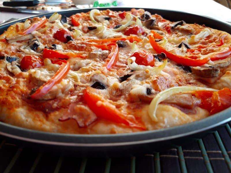 Pizza al forno fresca italiana deliziosa fotografie stock