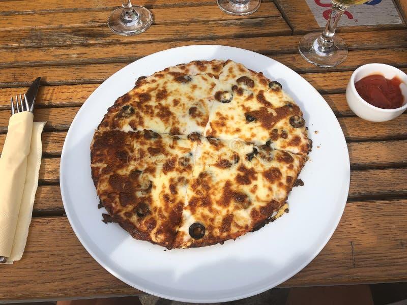Pizza alternativa con formaggio ed olive fotografia stock